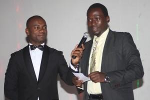 Aimé Moukoko tendant le micro au président Eric Martial Djomo