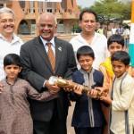 Le consul et une famille indienne