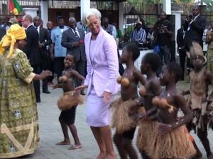 La Dg du FMI danse avec les enfants camerounais