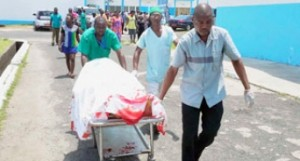 La mère enceinte éventrée transportée par des infirmiers