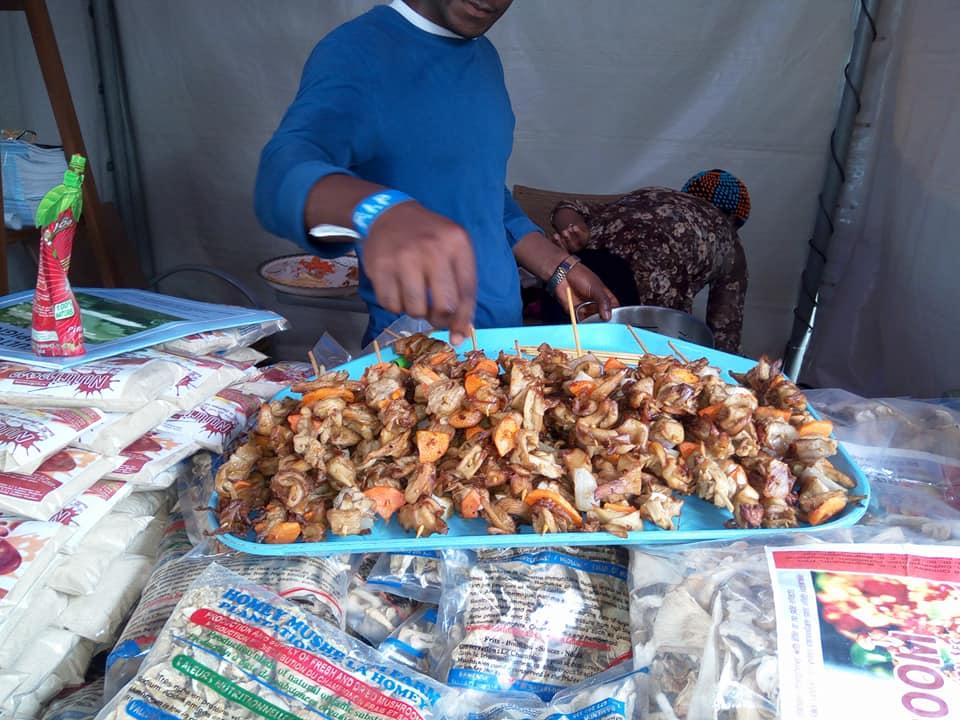On est immensément riche. On est ingénieux. On a de la matière pour être les rois de l'Afrique. Mais on piétine, on fait du sur place pour des raisons d'égoïsme sans tête ni queue. Je vous ai ramené quelques commentaires de la première édition de la Foire Internationale des Affaires et du Commerce de Douala (FIAC). Limez vos machettes, on va débroussailler le secteur agricole « made in Cameroon ».
